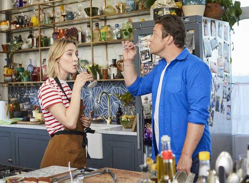 Saoirse Ronan (l.); Jamie Oliver (r.) - Bildquelle: Steve Ryan 2019 Jamie Oliver Enterprises Ltd. / Steve Ryan