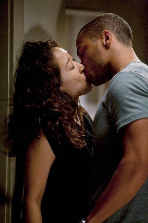 Kommen sich näher: Jackson (Jesse Williams, r.) und Cristina (Sandra Oh, l.) ... - Bildquelle: Touchstone Television