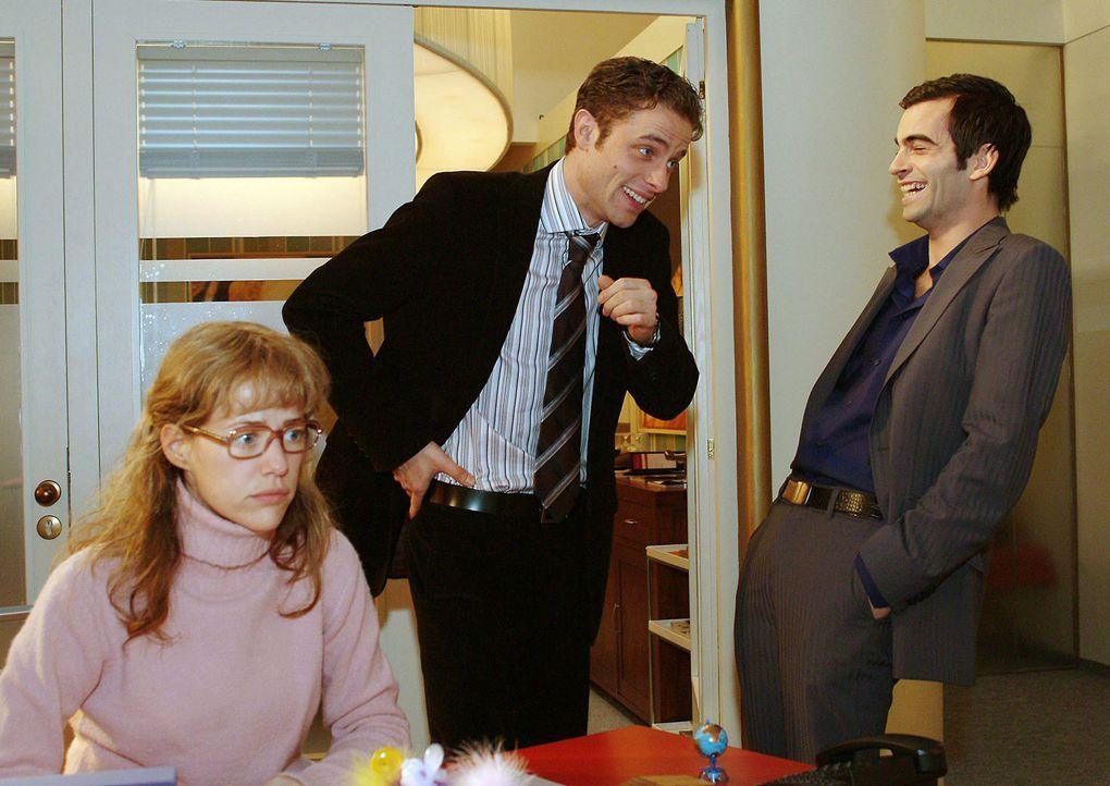 Lisa (Alexandra Neldel, l.) glaubt, dass auch Max (Alexander Sternberg, M.) und David (Mathis Künzler, r.) sich prächtig über sie amüsieren. (Dieses... - Bildquelle: Monika Schürle SAT.1 / Monika Schürle