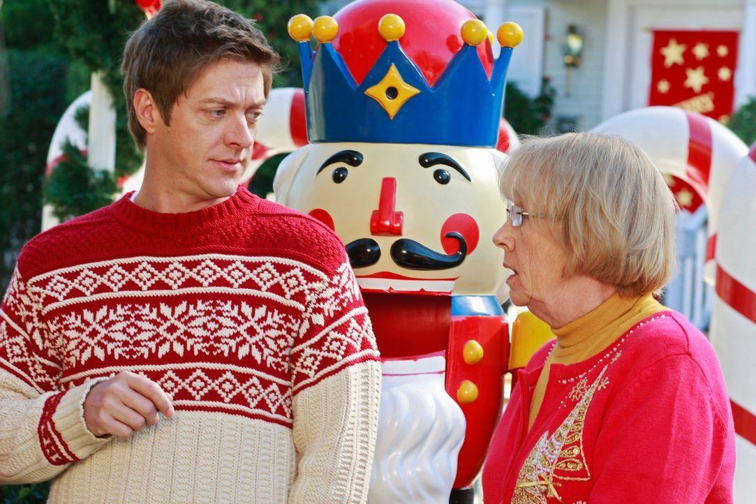 Können nicht glauben, dass Mike Katherine niedergestochen haben soll: Karen McCluskey (Kathryn Joosten, r.) und Lee (Kevin Rahm, l.) ... - Bildquelle: ABC Studios