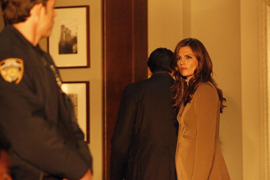 Irgendetwas scheint mit dem Polizisten, der den Gefangen Hal Lockwood in den Gerichtssaal bringt nicht zu stimmen. Kate Beckett (Stana Katic, r.) ka... - Bildquelle: ABC Studios