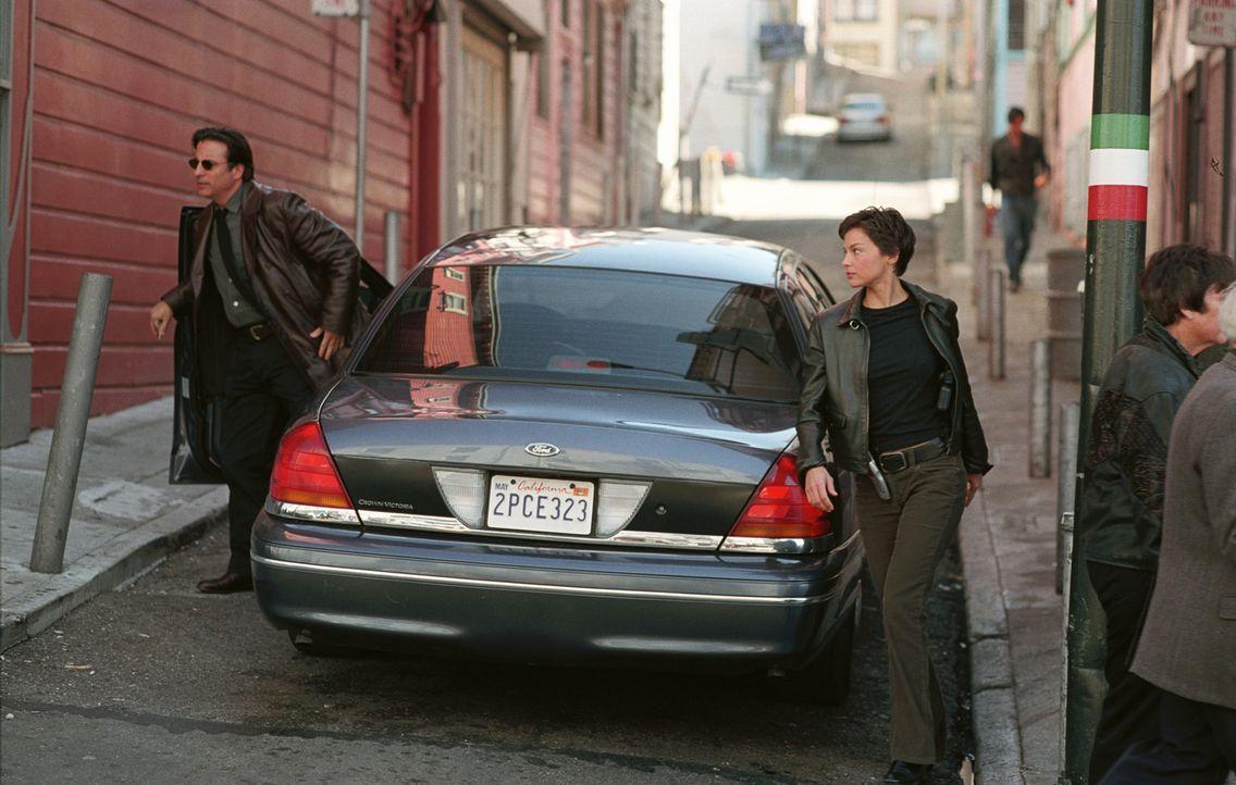 Mike Delmarco (Andy Garcia, l.) verhält sich seiner Kollegin Jessica (Ashley Judd, 2.v.l.) gegenüber seltsam. Was verschweigt er Jessica? - Bildquelle: Paramount Pictures