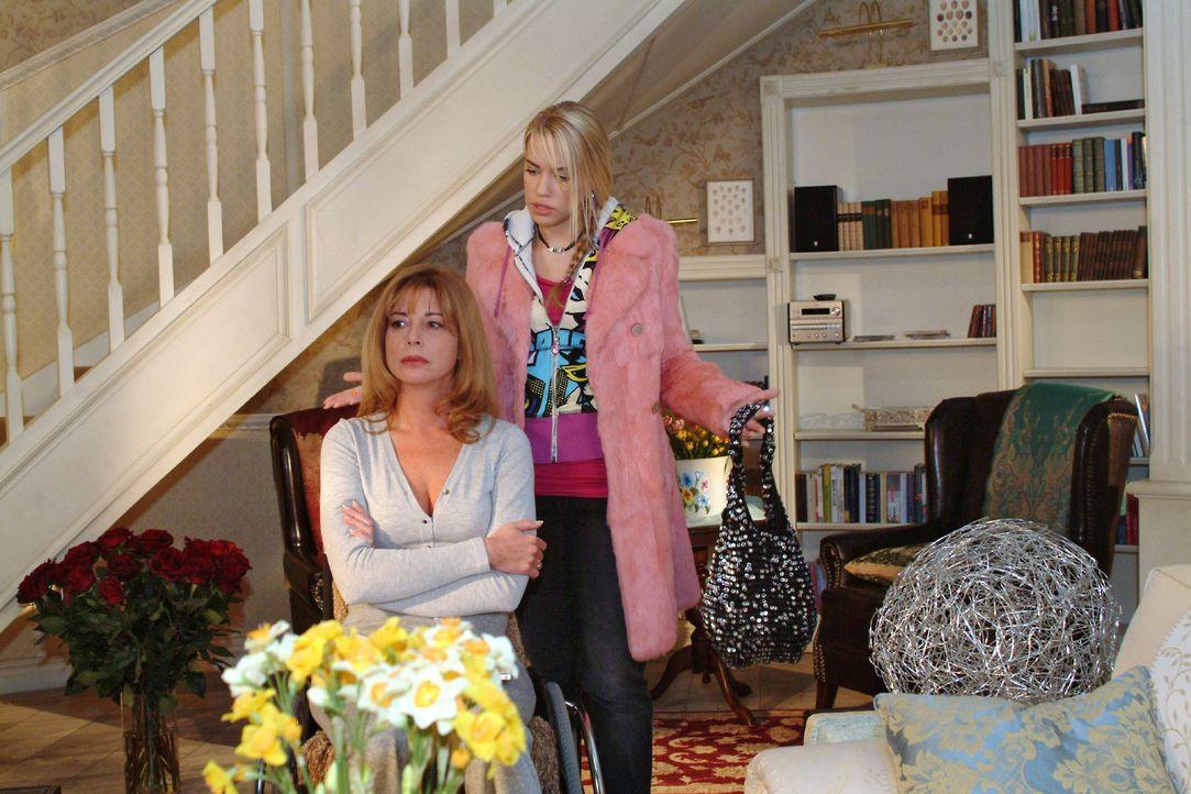 Als sich Kim (Lara-Isabelle Rentinck, r.) bemüht, einen Schritt auf Laura (Olivia Pascal, l.) zuzugehen, wird sie von ihrer Mutter brüskiert. - Bildquelle: Monika Schürle SAT.1 / Monika Schürle