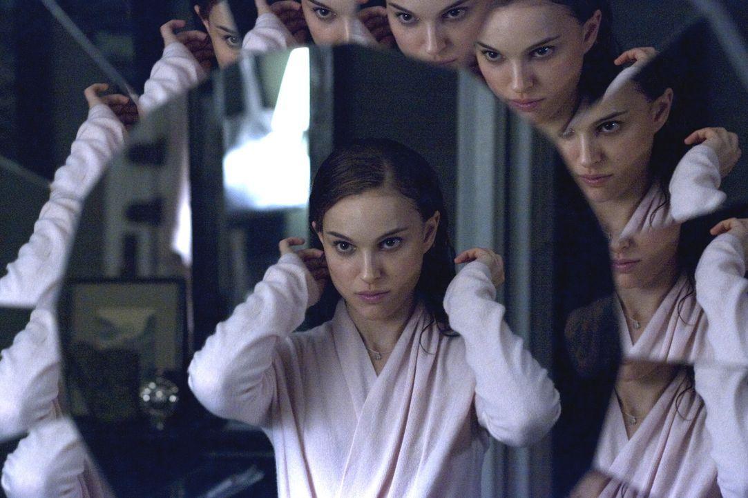 Nina (Natalie Portman) ist dem Konkurrenzkampf immer weniger gewachsen. Ihre Verzweiflung wächst, während ihre Wahnvorstellungen immer mehr zunehmen... - Bildquelle: 20th Century Fox