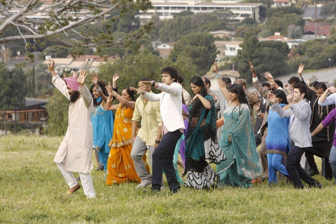 Hochzeit à la Bollywood: Navid Shirazi (Michael Steger, M.) feiert mit seinen Freunden Ivy und Raj ... - Bildquelle: TM &   2011 CBS Studios Inc. All Rights Reserved.