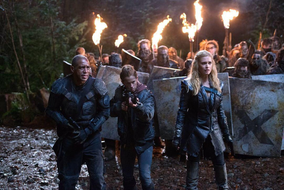 Noch glauben David (Chris Shields, l.), Monroe (Katie Stuart, M.) und Clarke (Eliza Taylor, r.), dass eine ganze Armee Grounder sie bei ihrem Kampf... - Bildquelle: 2014 Warner Brothers