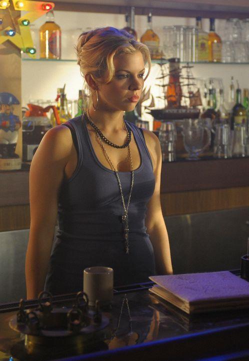 Nikki (Ali Liebert) hilft als Barkeeperin bei der Junggesellinnenabschiedsparty aus. Von Abbys Hochzeitsgeschenken ist sie richtig begeistert ... - Bildquelle: 2009 CBS Studios Inc. All Rights Reserved.