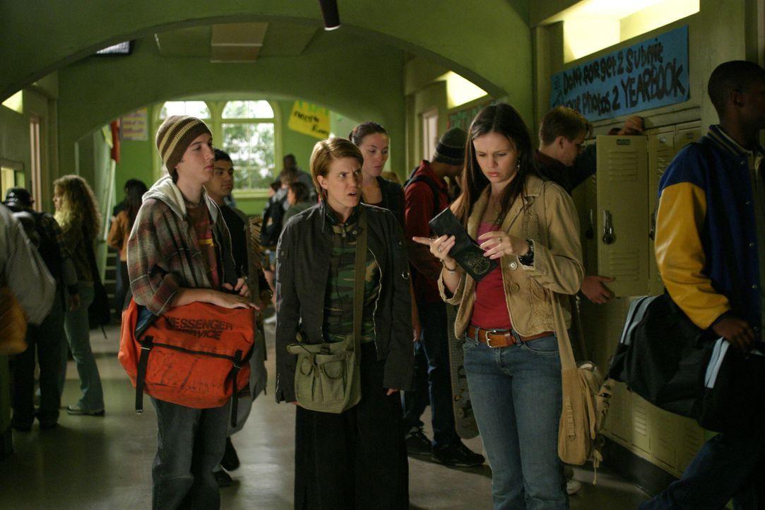 Joan (Amber Tamblyn, r.) verabredet sich mit Adam (Christopher Marquette, l.) und Grace (Becky Wahlstrom, M.) zum Lernen ... - Bildquelle: Sony Pictures Television