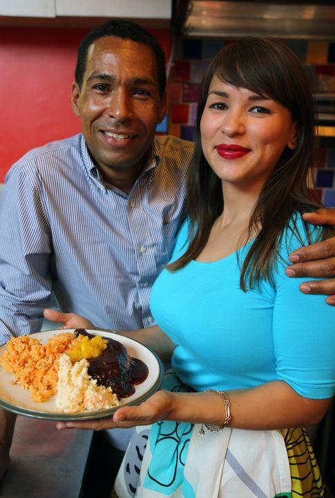 Bei Brian (l.) darf Rachel Khoo (r.) das traditionelle jamaikanische gegrillte Hähnchen probieren ... - Bildquelle: Richard Hill BBC 2013