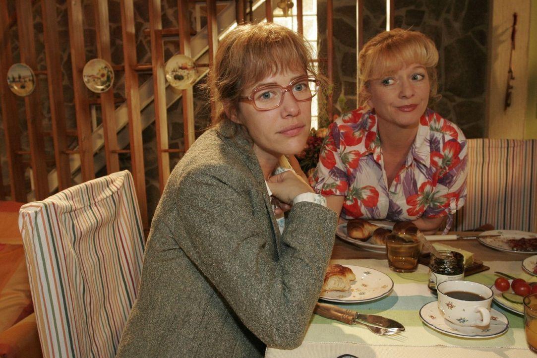 Helga (Ulrike Mai, r.) kann Lisa (Alexandra Neldel, l.) auch nicht helfen bei der Entscheidung, wie sie sich gegenüber David verhalten soll ... (Die... - Bildquelle: Noreen Flynn SAT.1 / Noreen Flynn