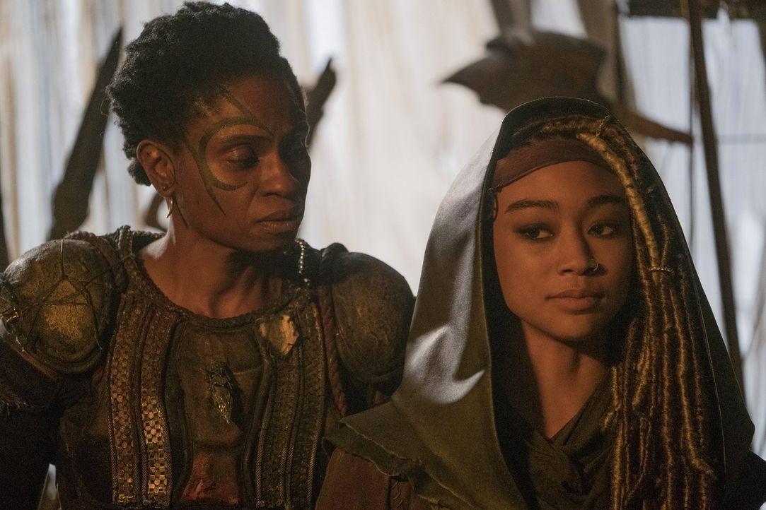 Indra (Adina Porter, l.) ist geschockt, als Gaia (Tati Gabrielle, r.) ausgerechnet Clarke helfen will und pocht weiterhin auf Krieg. Unterdessen ver... - Bildquelle: 2016 Warner Brothers