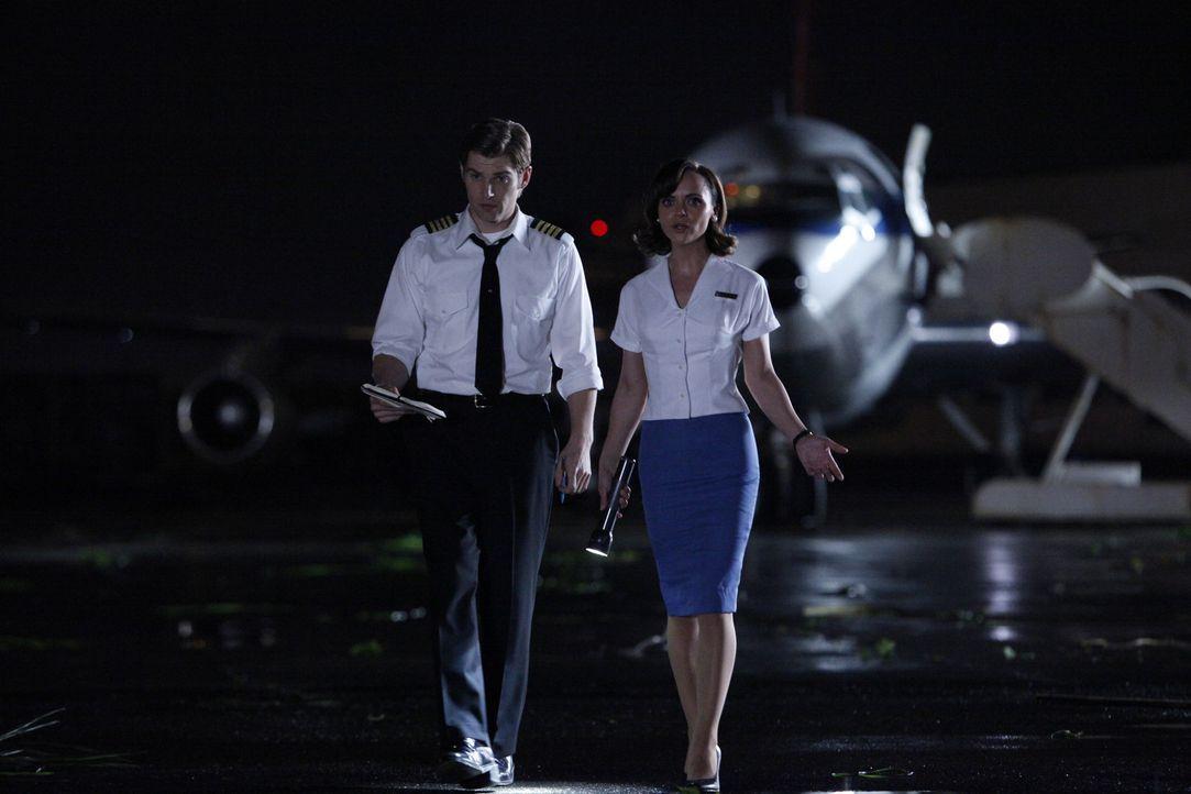 Schnell wird Dean (Mike Vogel, l.) und Maggie (Christina Ricci, r.) klar, dass sie den haitischen Flughafen nicht ohne Probleme verlassen können ... - Bildquelle: 2011 Sony Pictures Television Inc.  All Rights Reserved.