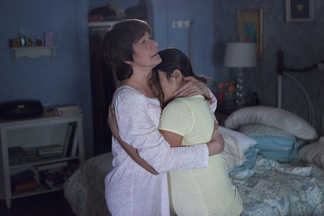 Wollen gemeinsam beweisen, dass Petras Mutter Alba die Treppen runtergestoßen hat: Jane (Gina Rodriguez, r.) und Alba (Ivonne Coll, l.) ... - Bildquelle: 2014 The CW Network, LLC. All rights reserved.