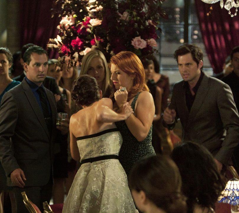 Während einer Party beschuldigt Gemma (Tara Summers, 2.v.r.) ihren Mann Henry (Kristoffer Polaha, r.) vor allen Gästen, sie betrogen zu haben. - Bildquelle: 2011 THE CW NETWORK, LLC. ALL RIGHTS RESERVED