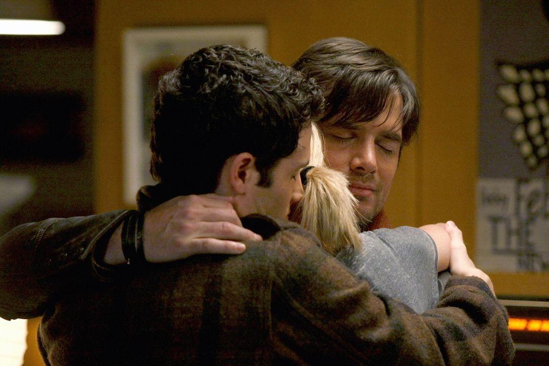 Die Familie ist wieder vereint: Jenny (Taylor Momsen, M.), Rufus (Matthew Settle,r.) und Dan (Penn Badgley,l.) ... - Bildquelle: Warner Brothers