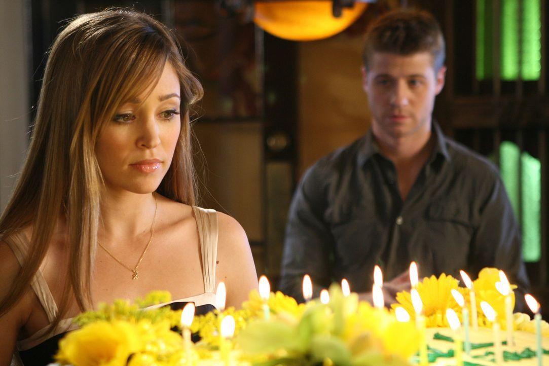 Taylor (Autumn Reeser, l.) ist enttäuscht, denn sie hat sich von Ryan (Benjamin McKenzie, r.) zum Geburtstag eine Liebeserklärung erwartet ... - Bildquelle: Warner Bros. Television