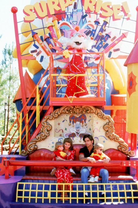Eigentlich wollte Jesse (John Stamos, 2.v.r.) einen Bandauftritt in Disneyworld mit zwei Flitterwochen verbinden, doch dann wird daraus ganz schnell... - Bildquelle: Warner Brothers Inc.