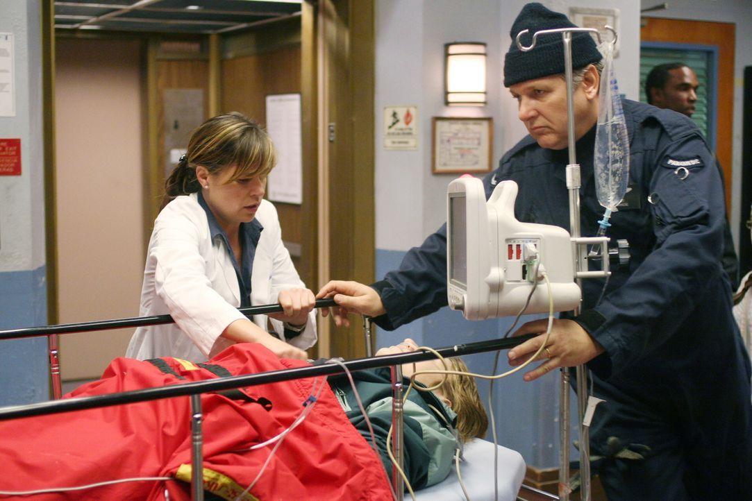Abby (Maura Tierney, l.) kümmert sich um einen Patienten, der gerade frisch in County eingeliefert wurde ... - Bildquelle: Warner Bros. Television