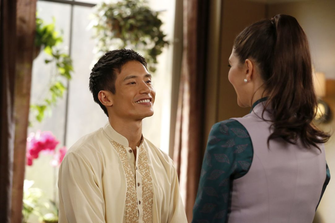 Blind vor Liebe: Für Jianyu (Manny Jacinto, l.) zählt nur noch seine Beziehung zu Janet (D'Arcy Carden, r.) ... - Bildquelle: Vivian Zink 2016 Universal Television LLC. ALL RIGHTS RESERVED.