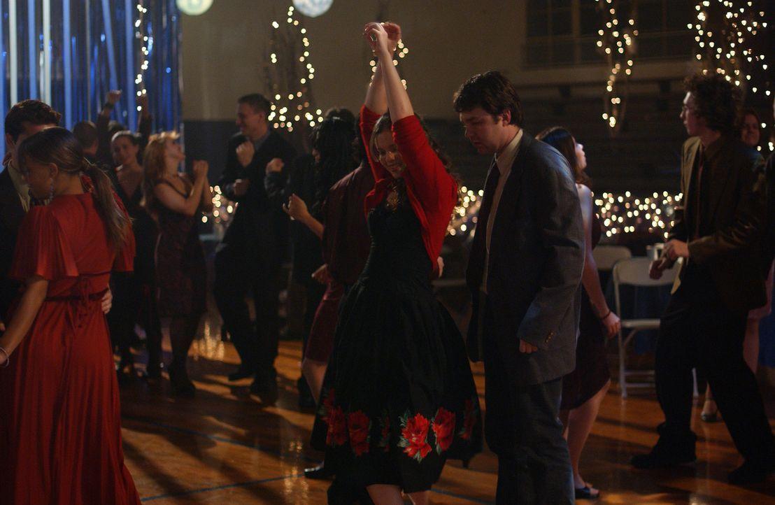 Gott bittet Joan (Amber Tamblyn, Mitte l.), mit ihrem Mitschüler Steve Ramsey (Fred Koehler, Mitte r.) auf den Halbjahresball zu gehen. Er ist ein... - Bildquelle: Sony Pictures Television
