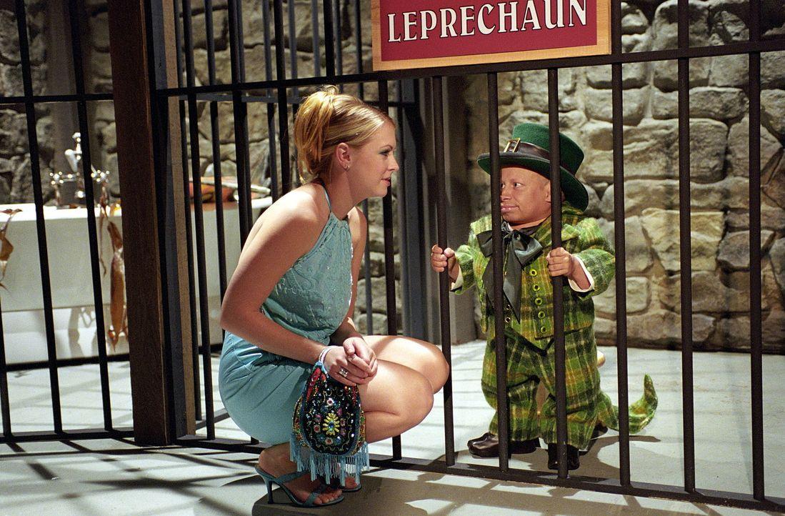 Nachdem Sabrina (Melissa Joan Hart, l.) von dem verrückten Sammler Victor in einer Zelle im Keller seines Hauses gefangengehalten wurde, benutzt si... - Bildquelle: Paramount Pictures
