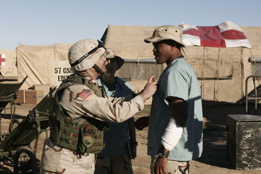 Die Arbeit an einem militärischen Stützpunkt im Irak, ist für Michael Gallant (Sharif Atkin, r.) nicht immer einfach ... - Bildquelle: WARNER BROS