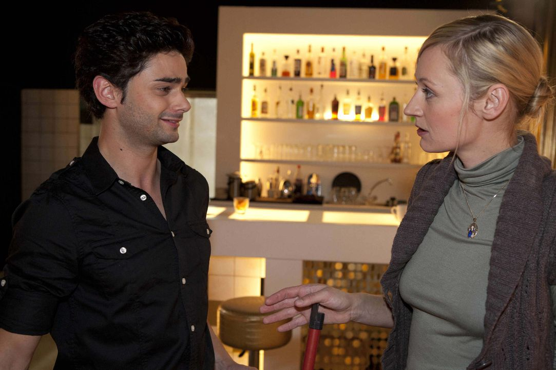 Sebastians (Matthias Kofler, l.) Bemerkung über Michael lassen Karin (Barbara Sotelsek, r.) befürchten, dass der auf Alexandra steht ... - Bildquelle: David Saretzki SAT.1