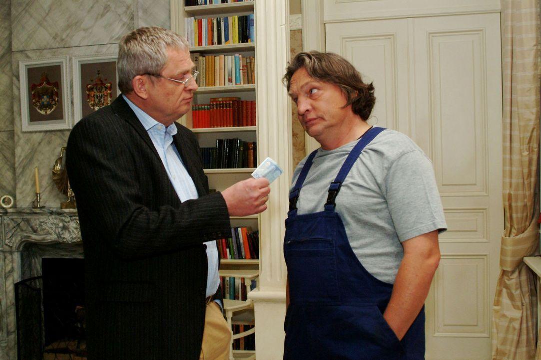 Bernd (Volker Herold, r.) ist entsetzt, als Friedrich (Wilhelm Manske, l.) ihn mit Geld versöhnen will. - Bildquelle: Sat.1