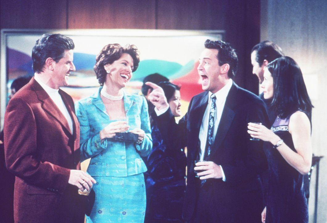 Monica (Courteney Cox, r.) hat ein Problem mit Chandler (Matthew Perry, 2.v.r.): Sie findet es überhaupt nicht gut von ihm, dass er über jeden Wit... - Bildquelle: TM+  2000 WARNER BROS.