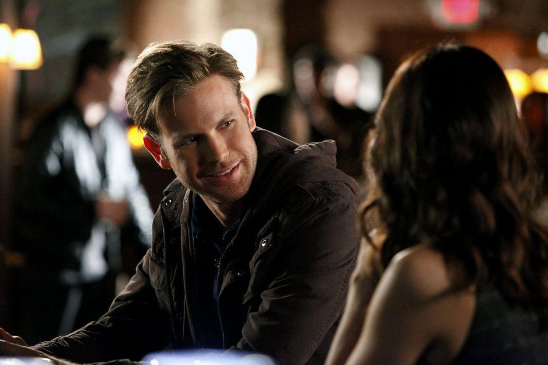 Alaric Saltzman (Matthew Davis, l.) ist enttäuscht, dass auch Dr. Meredith Fell (Torrey DeVitto, r.) ihm nicht sagen kann, wer versucht hat, ihn zu... - Bildquelle: Warner Brothers
