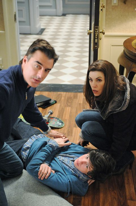 Als Peter (Chris Noth, l.) einfach das Haus verlässt, wird der Alarm ausgelöst. Für Alicia (Julianna Margulies, l.) und ihre Kinder Grace und Zac... - Bildquelle: CBS Studios Inc. All Rights Reserved.