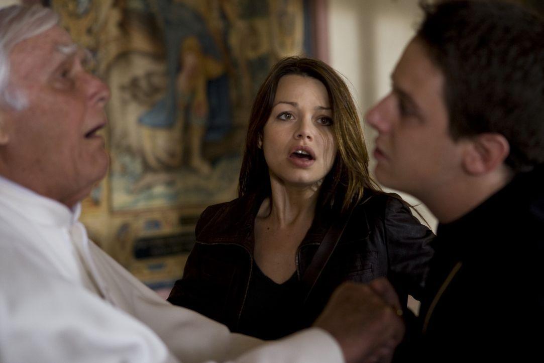 Als Johanna (Cosma Shiva Hagen, M.) eine Privataudienz beim Papst (Joachim Fuchsberger, l.) erhält, ist sie überglücklich, weil sie ihn vor dem d... - Bildquelle: ProSieben