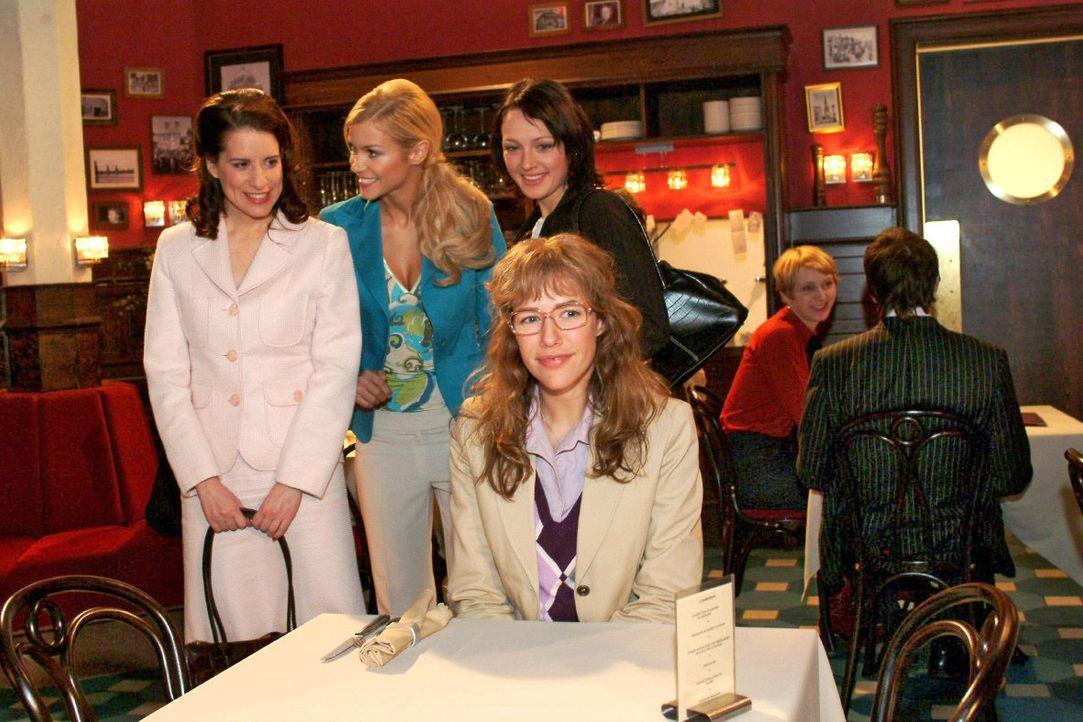 Inka (Stefanie Höner, l.), Sabrina (Nina-Friederike Gnädig, 2.v.l.) und Nina (Meike Brose, 2.v.r.) wundern sich: Auf wen Lisa (Alexandra Neldel, r.)... - Bildquelle: Monika Schürle SAT.1 / Monika Schürle