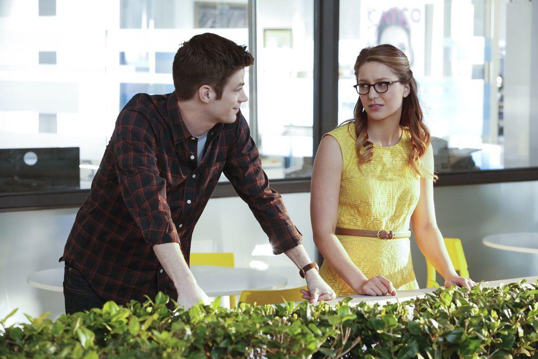 Als der aus einer Parallelwelt stammende Barry Allen alias the Flash (Grant Gustin, l.) in Starling City strandet, liegt es an Kara alias Supergirl... - Bildquelle: 2015 Warner Bros. Entertainment, Inc.