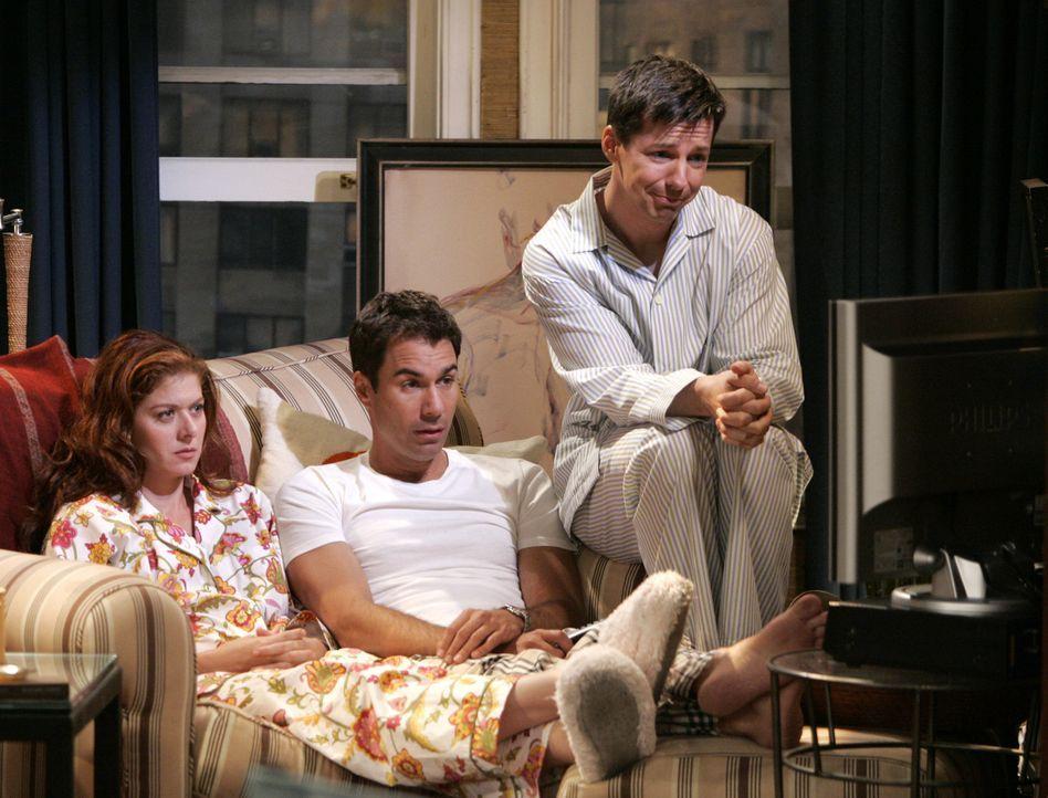Will (Eric McCormack, M.), Grace (Debra Messing, l.) und Jack (Sean Hayes, r.) sehen sich die Ausstrahlung der Talkshow an - kein schöner Anblick ... - Bildquelle: NBC Productions