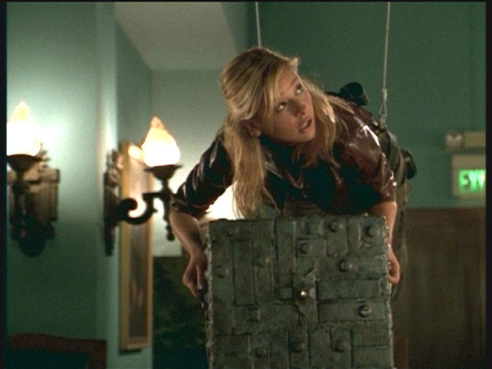 """Buffy (Sarah Michelle Gellar) versucht, die geheimnisvolle """"Box von Gavrock"""" aus dem Rathaus zu stehlen und damit großes Unheil abzuwenden. - Bildquelle: TM +   2000 Twentieth Century Fox Film Corporation. All Rights Reserved."""