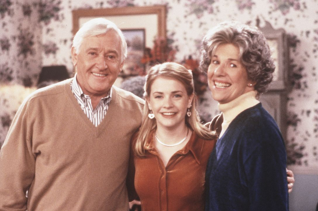 Sabrina (Melissa Joan Hart, M.) hat Nana (Karen Morrow, r.) in einem Sozialprogramm adoptiert. Älteren, einsamen Menschen aus einem Senioren-Center... - Bildquelle: Paramount Pictures
