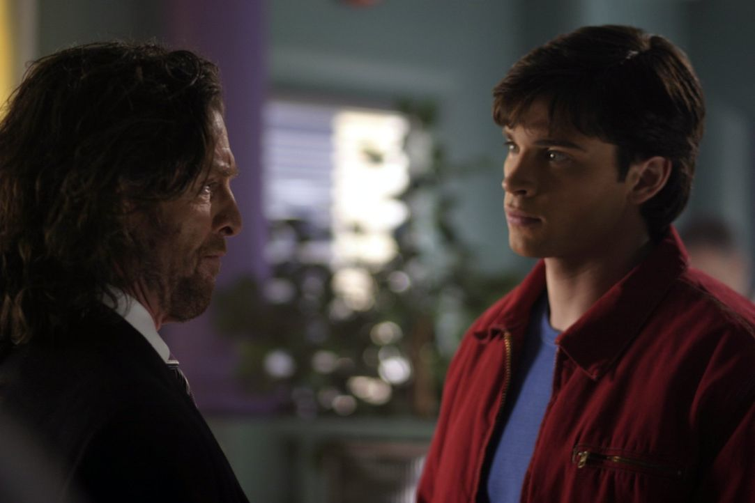 Clark (Tom Welling, r.) macht sich große Sorgen, als er erfährt, dass alle Versuchspersonen, an denen Lionel Luthor (John Glover, l.) das Gas bisher... - Bildquelle: Warner Bros.