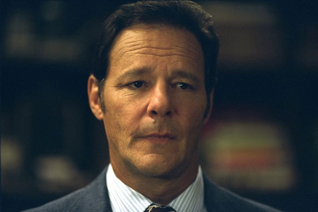 Frank Clay (Chris Mulkey) und einige andere haben sich zusammengefunden, da sie befürchten, Radios Anwesenheit während des Trainings ihrer Söhne... - Bildquelle: 2004 Sony Pictures Television International. All Rights Reserved.