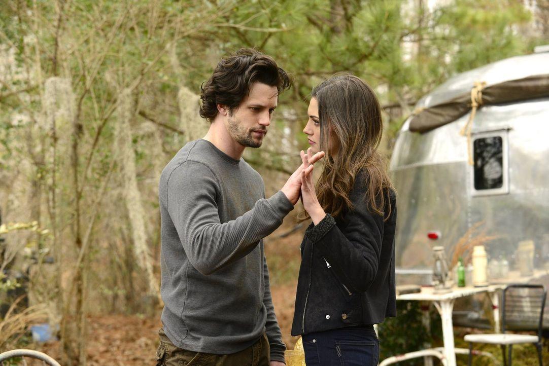Während Jackson (Nathan Parsons, l.) und Hayley (Phoebe Tonkin, r.) versuchen, ihre Probleme zu fokussieren, erreichen die Familienprobleme der Mike... - Bildquelle: Warner Bros. Entertainment, Inc