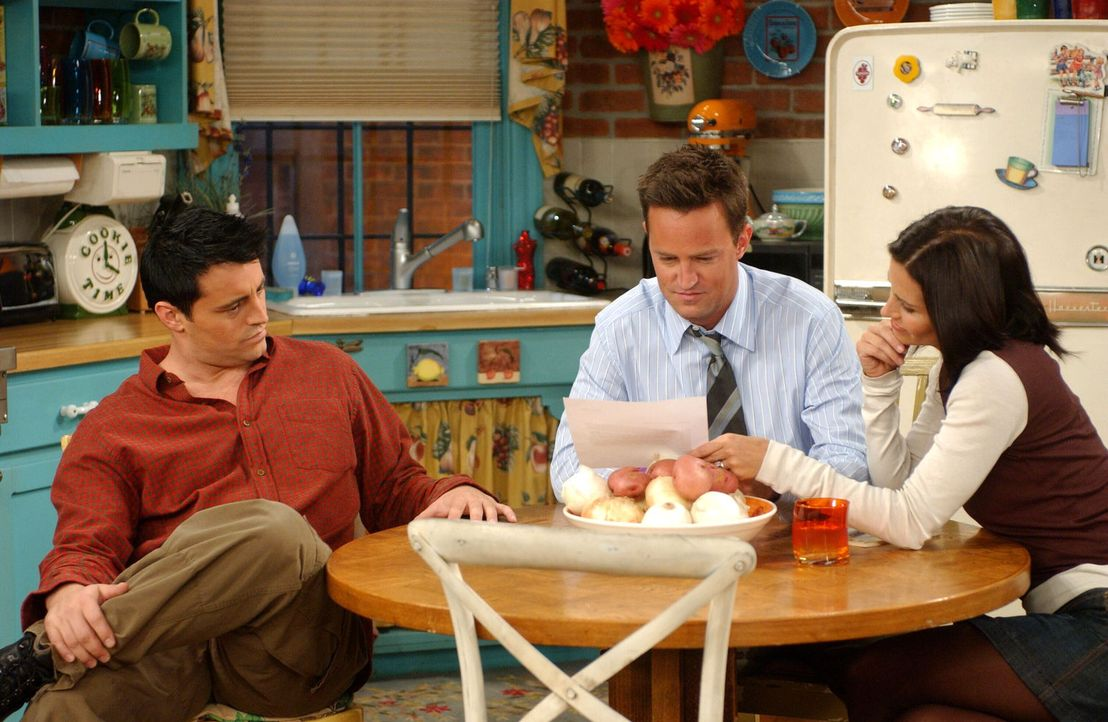 Joey (Matt LeBlanc, l.) will Monica (Courteney Cox, r.) und Chandler (Matthew Perry, M.) einen Gefallen tun und schreibt ihnen eine Empfehlung für d... - Bildquelle: 2003 Warner Brothers International Television