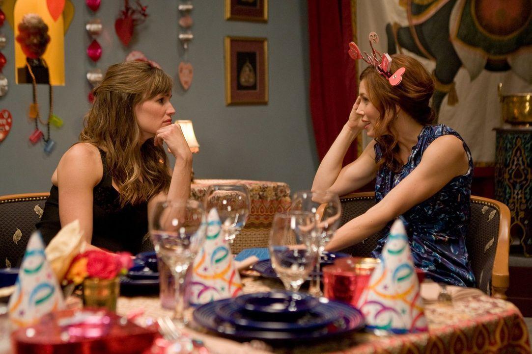 Eigentlich feiern Julia (Jennifer Garner, l.) und Kara (Jessica Biel, r.) jedes Jahr eine Anti-Valentinstags-Party, doch plötzlich ist alles anders... - Bildquelle: 2010 Warner Bros.