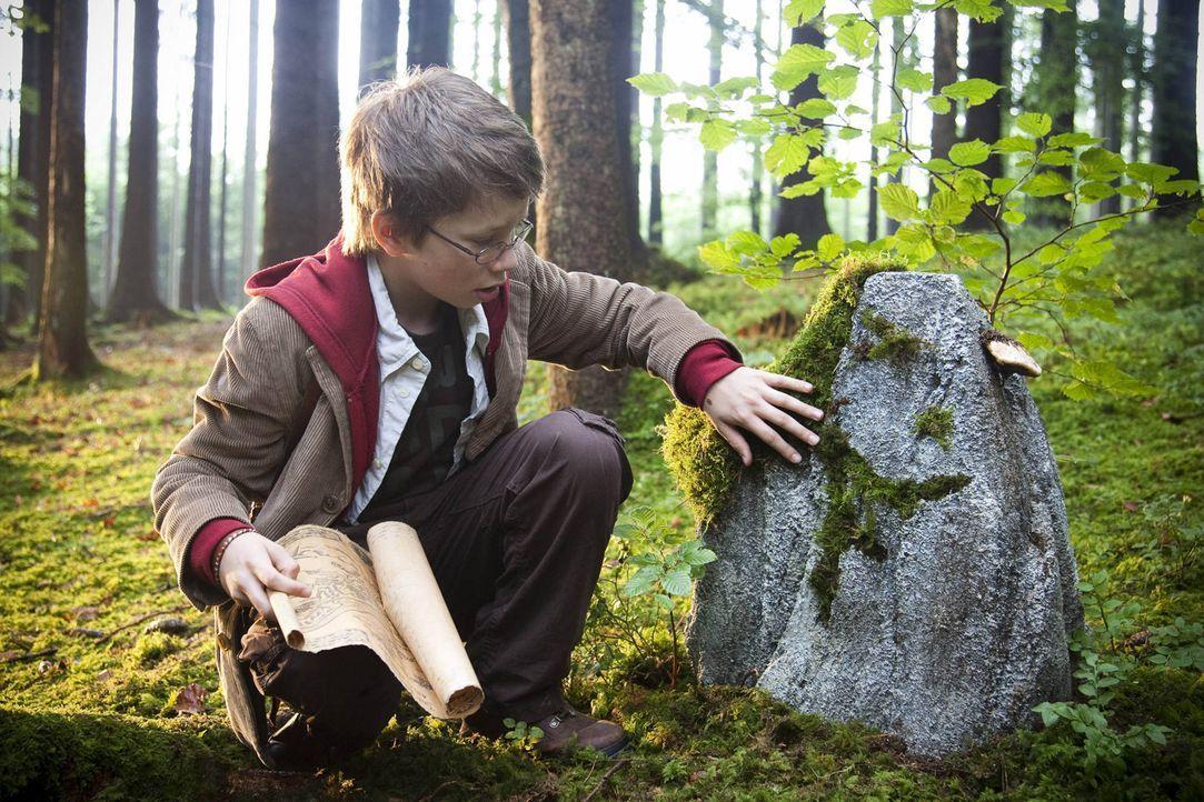 Gemeinsam mit der geheimnisvollen Karte macht sich Tim (Lukas Schust) ganz alleine in den großen Wäldern Schottlands auf die Suche nach Nessies He... - Bildquelle: SAT.1