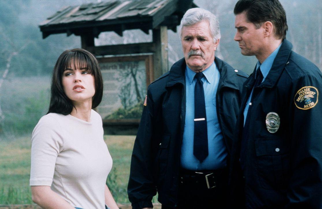 Verzweifelt bittet Linda (Ellina McCormick, l.) den Polizisten (Miles O'Keeffe, r.), ihren verschwundenen Bruder in der Wildnis zu suchen ... - Bildquelle: Miracle Entertainment