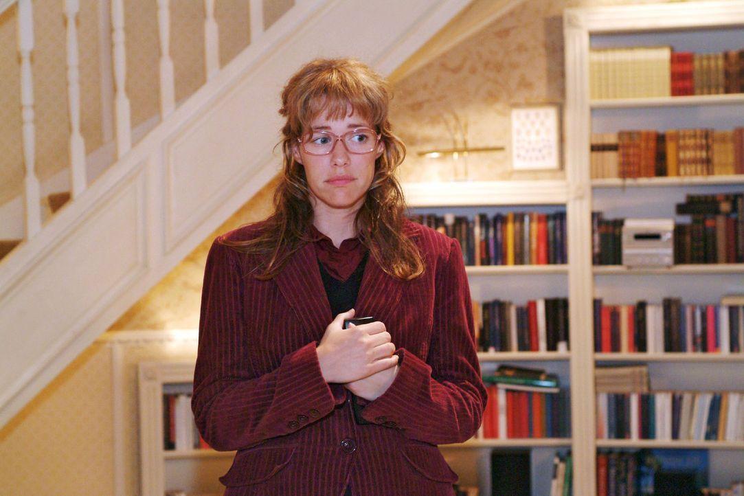 Lisa (Alexandra Neldel), die befürchtet, Friedrichs Herzinfarkt ausgelöst zu haben, bleibt nach all dem Trubel in der Villa der Seidels zurück. (... - Bildquelle: Sat.1