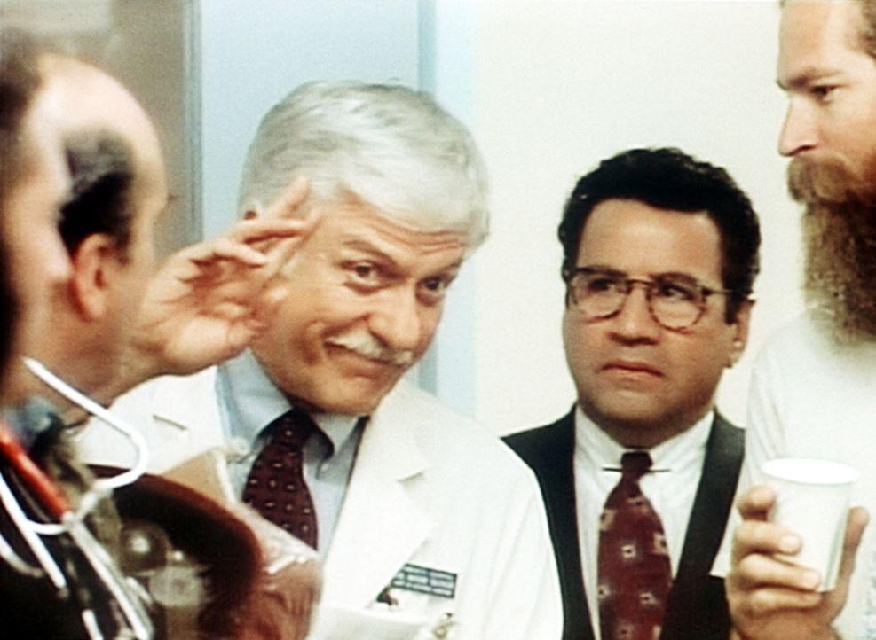 Dr. Sloan (Dick Van Dyke, M.l.) wird zu Normans (Michael Tucci, M.r.) Entsetzen von einer Filmcrew als Schauspieler engagiert. - Bildquelle: Viacom