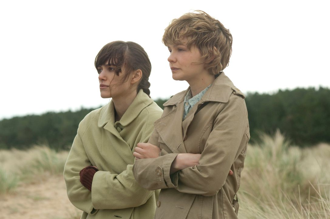 Die Liebe und die Eifersucht treiben einen Keil zwischen die besten Freunde Ruth (Keira Knightley, l.) und Kathy (Carey Mulligan, r.). Erst als es z... - Bildquelle: 2010 Twentieth Century Fox Film Corporation. All rights reserved.