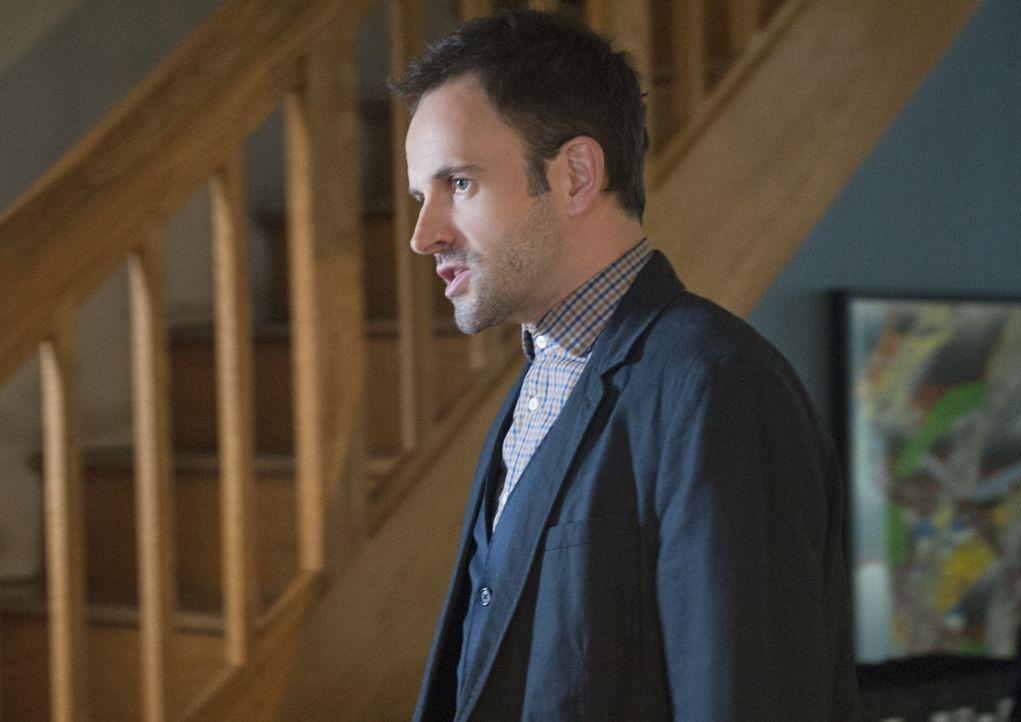 Mit einer hervorragender Auffassungsgabe versucht Sherlock Holmes (Jonny Lee Miller) einen neuen Fall zu lösen ... - Bildquelle: CBS Television