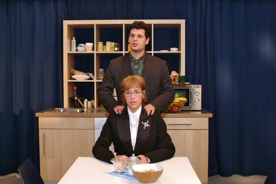 Vor dem TV-Auftritt redet Rokko (Manuel Cortez, hinten) Lisa (Alexandra Neldel, vorne) gut zu. (Dieses Foto von Alexandra Neldel darf nur in Zusamme... - Bildquelle: Noreen Flynn Sat.1