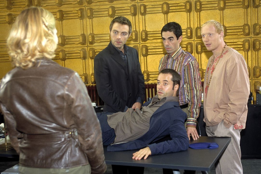 Linda (Anna Loos, l.) ist von Martins (Jan Josef Liefers, liegend) Kollegen Tobi (Aleksandar Jovanovic, 2.v.l.), Mark (Oscar Ortega Sánchez, 2.v.r.... - Bildquelle: Katrin Knoke Sat.1